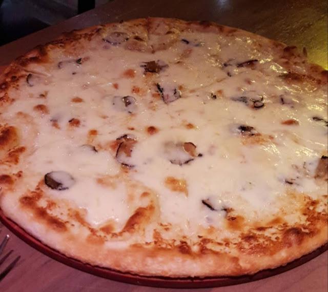 Parigi, ristorante Loulou, squisita pizza al tartufo
