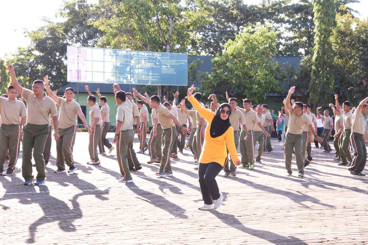 Personel Korem dan Balak Rem 141/Tp Bersama Istrinya Lakukan Olahraga Bersama
