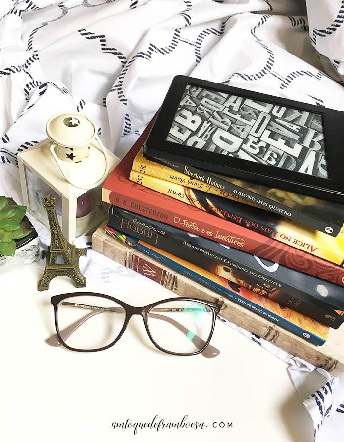 Uma pequena pilha de livros com alguns dos meus 10 livros preferidos, meu Kindle Amazon e outros livros que não estão na lista