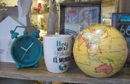 Reloj verde, tazón mensaje y bola mundo giratoria