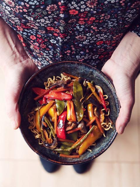 Asia-Bowl: Asiatische Gemüseschüssel mit Mie-Nudeln
