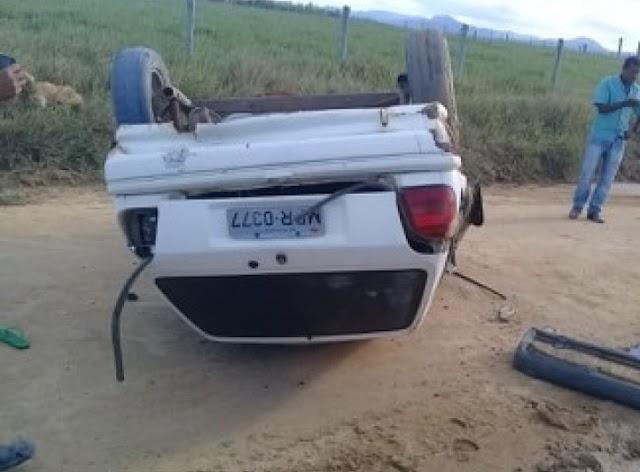 Jovem morre após capotar veículo em estrada de terra no interior de Itabela.Três ficam ferid