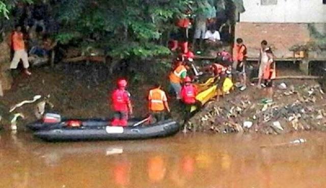 Seorang Pria Tenggelam Tak Kunjung Ditemukan, Warga Panggil Jin Penunggu Kali Ciliwung