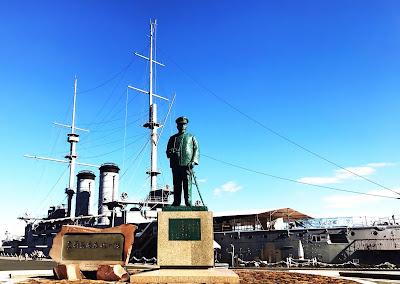 戦艦三笠の前で立つ提督・東郷平八郎像