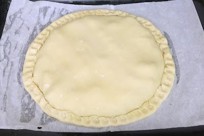 Preparación de empanada de ciruelas, bacon y queso