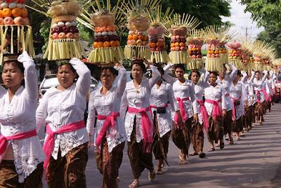 Sejarah Hari Raya Galungan     Hari Raya Keagamaan   Odalan  Hari raya Galungan dirayakan oleh umat Hindu setiap 6 bulan Bali (210 hari) yaitu pada hari Budha Kliwon Dungulan (Rabu Kliwon wuku Dungulan) sebagai hari kemenangan Dharma (kebenaran) melawan Adharma (kejahatan). Menurut arti bahasa, Galungan itu berarti peperangan. Dalam bahasa Sunda terdapat kata Galungan yang berarti berperang.  Sejarah   Sejarah Hari Raya Galungan masih merupakan misteri. Dengan mempelajari pustaka-pustaka, di antaranya Panji Amalat Rasmi (Jaman Jenggala) pada abad ke XI di Jawa Timur, Galungan itu sudah dirayakan. Dalam Pararaton jaman akhir kerajaan Majapahit pada abad ke XVI, perayaan semacam ini juga sudah diadakan.  Makna Hari Raya Galungan   Parisadha Hindu Dharma menyimpulkan, bahwa upacara Galungan mempunyai arti Pawedalan Jagat atau Oton Gumi. Tidak berarti bahwa Gumi/ Jagad ini lahir pada hari Budha Keliwon Dungulan. Melainkan hari itulah yang ditetapkan agar umat Hindu di Bali menghaturkan maha suksemaning idepnya ke hadapan Ida Sang Hyang Widhi atas terciptanya dunia serta segala isinya. Pada hari itulah umat angayubagia, bersyukur atas karunia Ida Sanghyang Widhi Wasa yang telah berkenan menciptakan segala-galanya di dunia ini. Ngaturang maha suksmaning idép, angayubagia adalah suatu pertanda jiwa yang sadar akan Kinasihan, tahu
