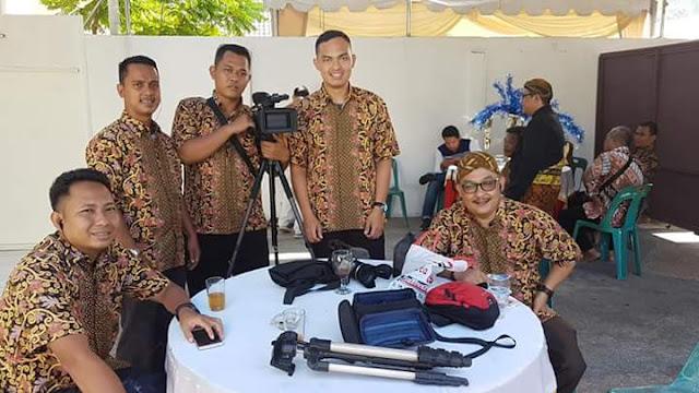 Kabid Infokom Asahan Arbin Tanjung dan para staf infokom foto bersama memakai batik di acara persiapan pernikahan anak Bupati Asahan.