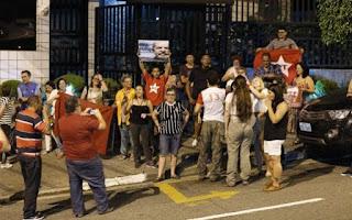 Idiotas úteis fazem vigília pró-Lula em São Bernardo