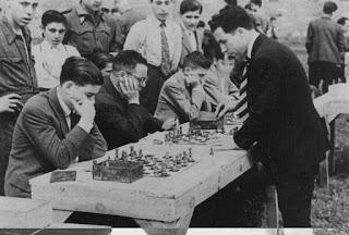 Rojas dando simultáneas de ajedrez en 1947