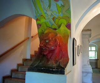 Rzeźba przed schodami na piętro.