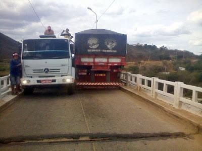 Caminhões tentam atravessar ponte da Barragem ao mesmo tempo, mas acabam presos um ao outro