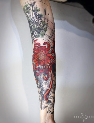 Realmente um belo olhar de manga tatuagem. Você pode ver uma flor vermelha no meio, rodeado pela faixa de opções, como armas. O fundo desempenha em uma forma abstrata, com as árvores e seus galhos visível, bem como de uma espécie de grade como objeto. (Foto: Fontes de imagem)