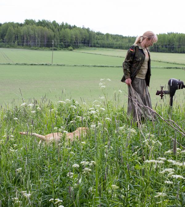 PauMau blogi nelkytplusbloggari nelkytplus asukuva aikuisen naisen tyyliblogi peltomaisema vanha vesipumppu idyllinen maisema