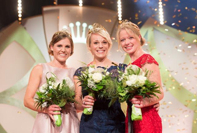 Die 69. Deutsche Weinkönigin Katharina Staab mit den Weinprinzessinnen Charlotte Freiberger und Laura Lahm.
