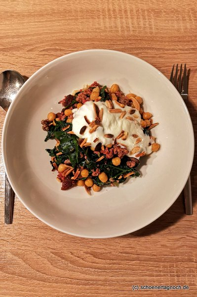 Kichererbsen-Hack-Curry mit Spinat, gerösteten Mandeln und Joghurt