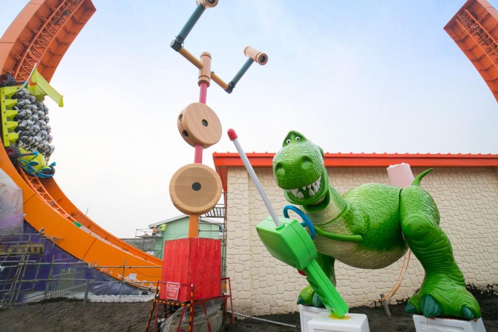 [Shanghai Disneyland] Toy Story Land (2018) - Page 3 %25E5%259B%25BE%25E7%2589%25873-%25E6%258A%25B1%25E6%258A%25B1%25E9%25BE%2599%25E6%2589%258B%25E6%258F%25A1%25E9%2581%25A5%25E6%258E%25A7%25E5%2599%25A8%25EF%25BC%258C%25E8%25AE%25A9%25E9%2581%25A5%25E6%258E%25A7%25E8%25BD%25A6%25E5%259C%25A8%25E8%25BD%25A8%25E9%2581%2593%25E4%25B8%258A%25E6%259D%25A5%25E5%259B%259E%25E9%25A3%259E%25E9%25A9%25B0%25EF%25BC%258C%25E5%25B9%25B6%25E4%25B8%258D%25E6%2596%25AD%25E5%258A%25A0%25E9%2580%259F%25E3%2580%2581%25E8%25B6%258A%25E9%25A3%259E%25E8%25B6%258A%25E9%25AB%2598-1024x683