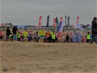 بلجيكا.. الآلاف يتحدون البرد القارس بالسباحة في البحر