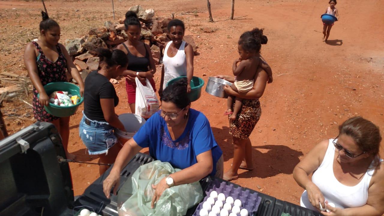 86dca5746b Petrolândia  Famílias carentes recebem doações de alimentos da Associação  Ponto do Bem Hildebrando Capistrano