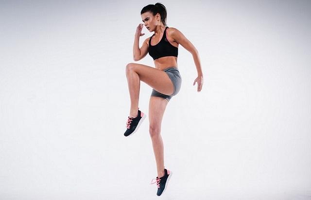 zıplayan kadın