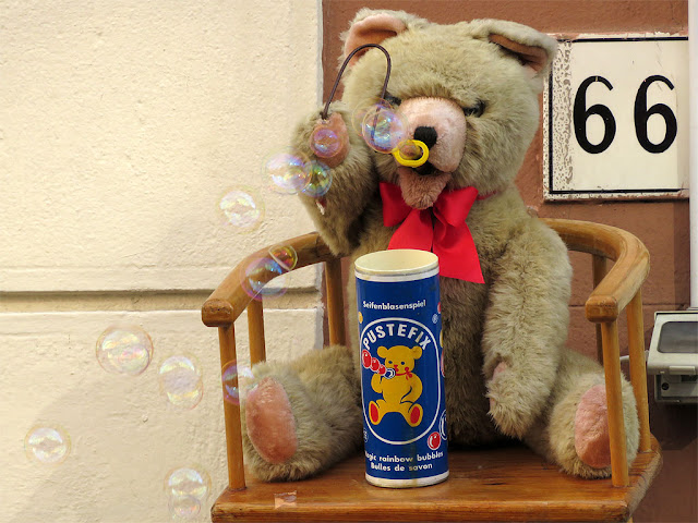 Teddy bear, soap bubbles, Corso Amedeo, Livorno