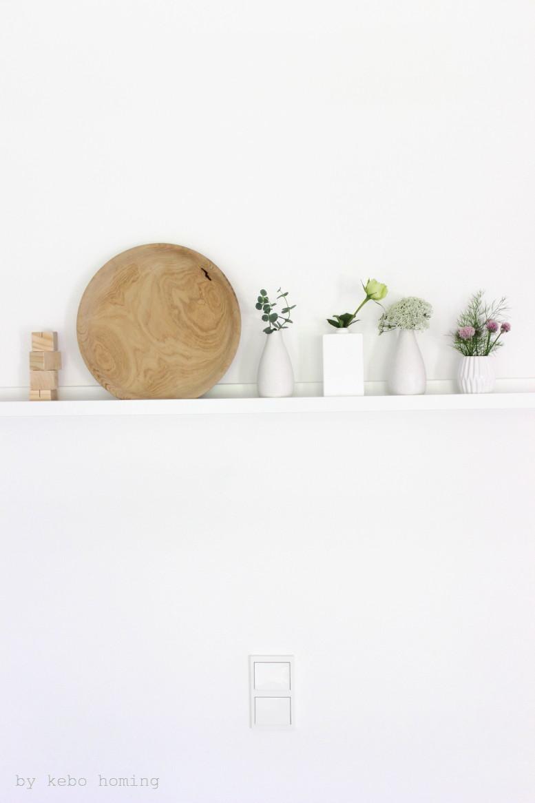 #meinshelfie das monatliche Blogevent bei kebo homing, Südtiroler Food- und Lifestyleblog, Shelfie, Challenge, Blogchallenge, Dekoration, weiße Vasen, helles Holz und Sommerblumen