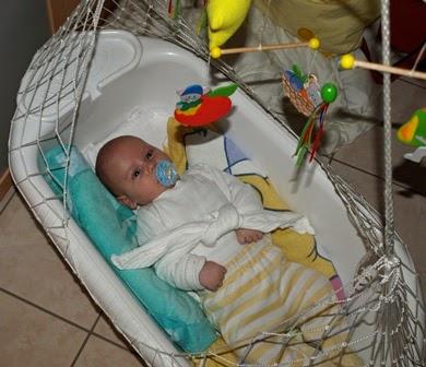 gepucktes Baby in einer Federwiege
