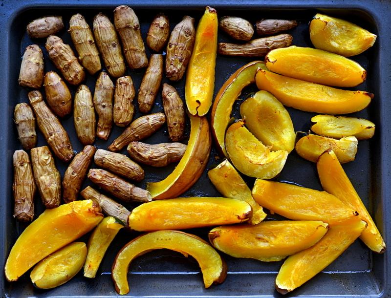 pieczony topinambur, pieczona dynia, topinambur, jarmuz, dynia, dania z topinamburem, przepisy z topinamburem, kapusta czerwona, styczen warzywa sezonowe, styczen sezonowe przepisy, zycie od kuchni
