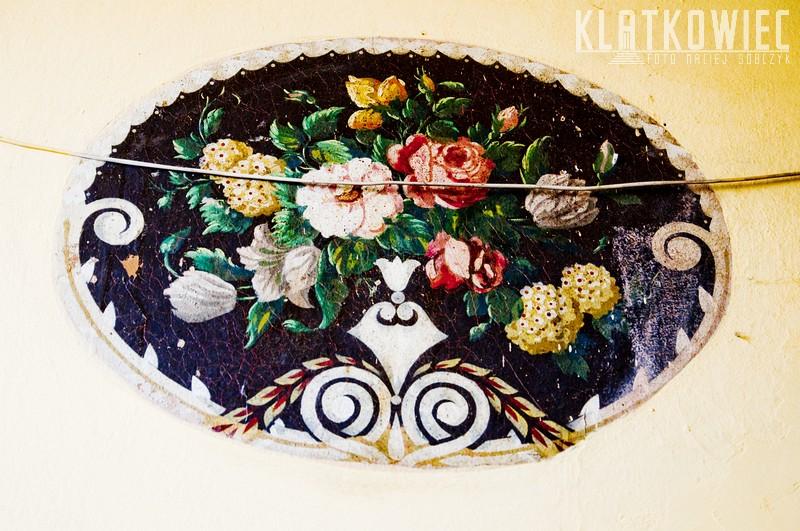 Jawor. Kamienica. Klatka schodowa. Przedwojenne malowidło z kwiatami.