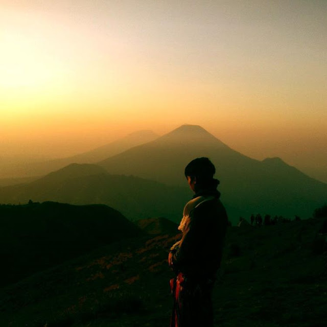 foto golden sunrise di gunung prau