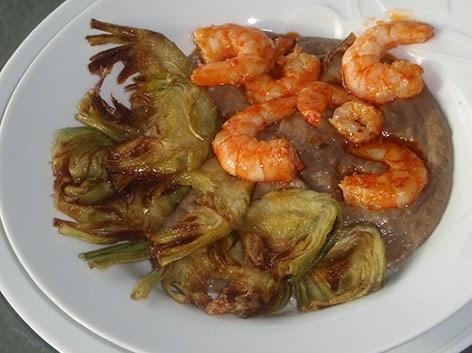 Alcachofas con langostinos y crema de lentejas