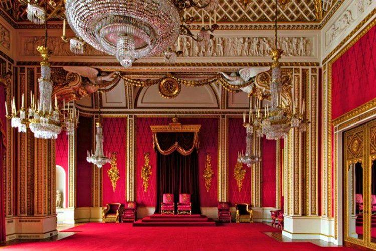 Buckingham Sarayı'nin içini görmek için sanal tur hizmeti veren internet sitelerini kullanabilirsiniz.