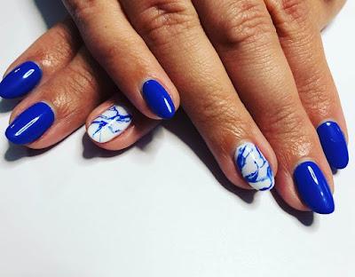 Uñas decoradas en azul