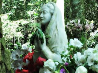 Imagem de Fiel na Gruta Nossa Senhora de Lourdes, Porto Alegre