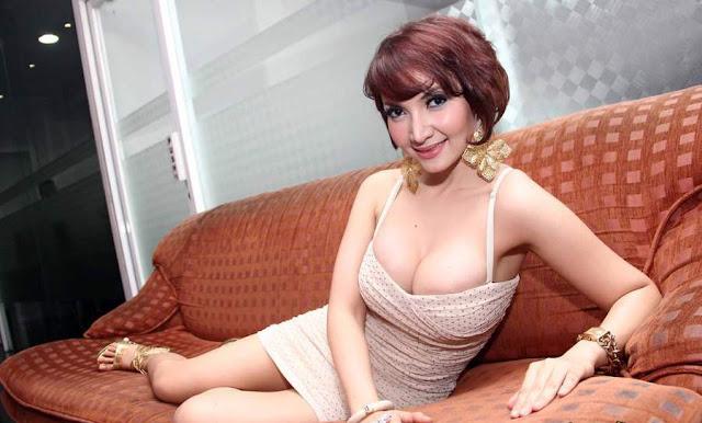 Foto Dan Video Seksi Roro Fitria Menonjolkon Bentuk Dadanya