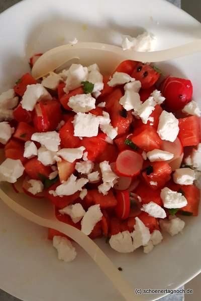 Wassermelonen-Radieschen-Salat mit Ziegenfrischkäse und Minze