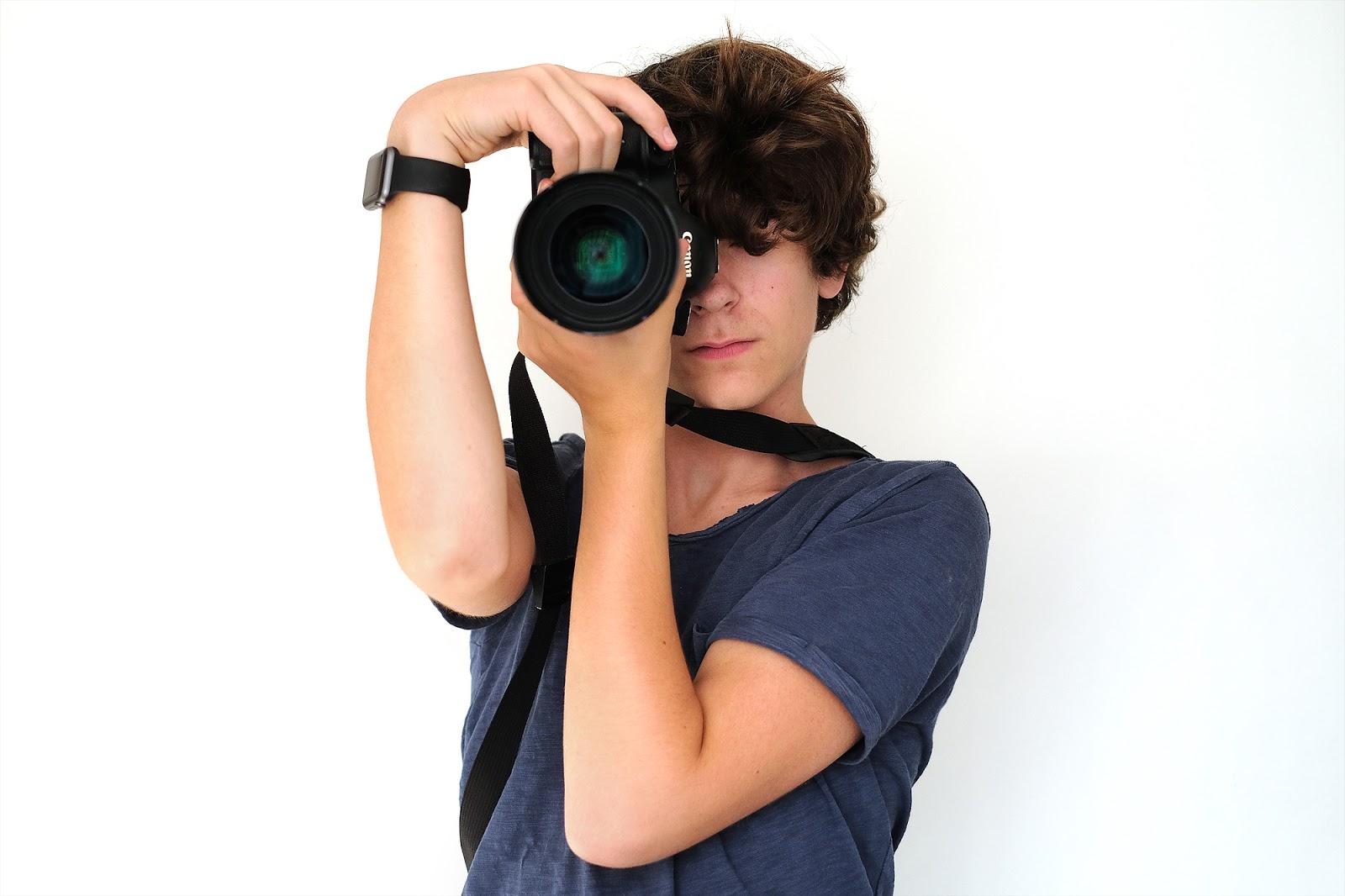 Verkeerde houding tijdens het vasthouden van een camera en lens tijdens het fotograferen