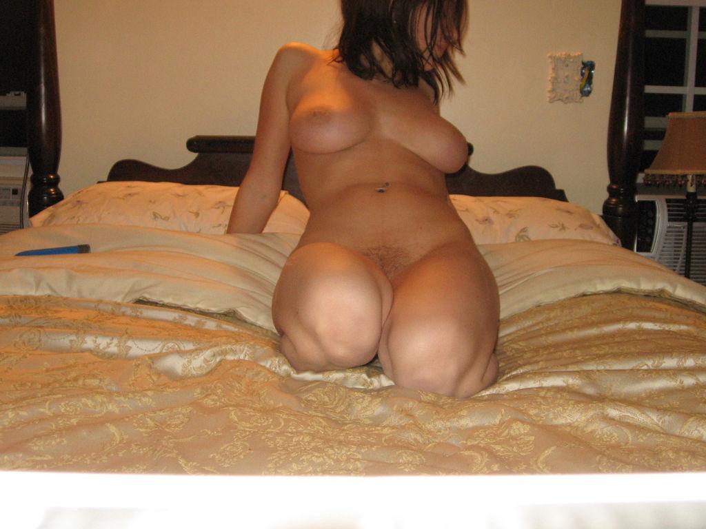 foto bugil cewek toket gede eropa telanjang dikamar hotel sambil colek memek pink jembut tipis
