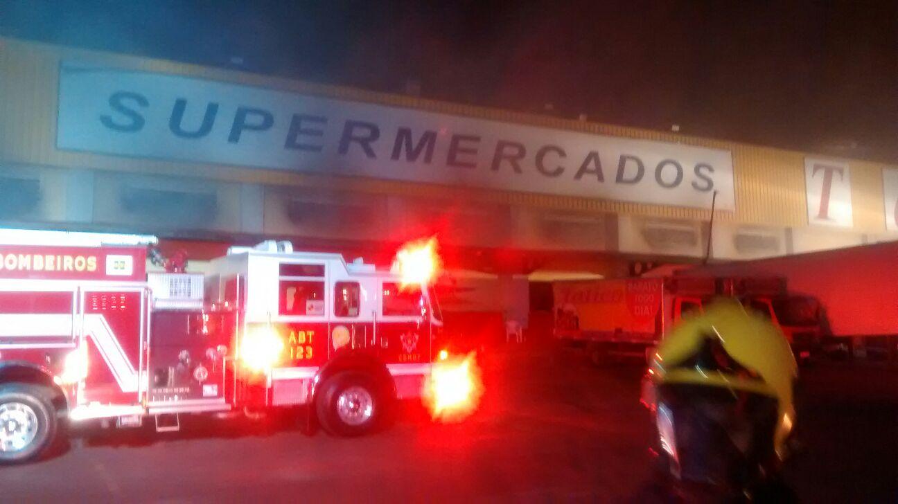 4b0249747 SUPERMERCADO TATICO DE SANTA MARIA PEGA FOGO NA MADRUGADA - BOMBEIROS DF