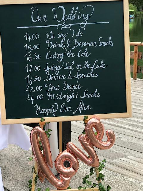Time Line Tafel London meets Garmisch-Partenkirchen, Sommerhochzeit im Vintage-Look in Bayern mit internationalen Hochzeitsgästen, Riessersee Hotel, Hochzeitsplanerin Uschi Glas