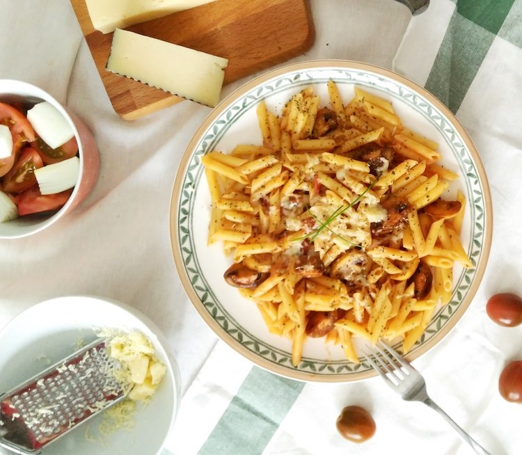 receta de pasta ecológica, plumas con tomate, champiñón y queso