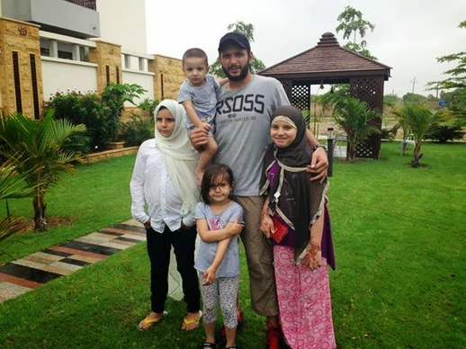 Shahid Afridi And His Family Pictures, Images