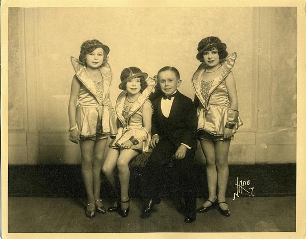 Creepy little midget with babes - 3 4