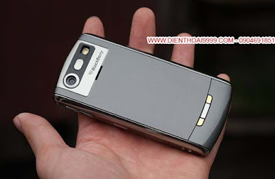 """BlackBerry 8120 Pearl, blackberry 8120 wifi, bán blackberry 8120, bán bb 8120 giá rẻ, bán blackberry 8120 giá rẻ, bán blackberry giá rẻ, bán blackberry 8120 cũ tại hà nội, blackberry giá rẻ, bán blackberry uy tín. BlackBerry 8120 Pearl  với kiểu dáng nhỏ gọn là thế hệ đầu tiên của dòng Pearl với bàn phím half qwerty, có trang bị tính năng wifi, đầy đủ các tính năng được coi là mạnh mẽ của BlackBerry thời đó như email, văn phòng, bảo mật, hỗ trợ thẻ nhớ nghe nhạc, camera, bluetooth, gprs, java..., tất nhiên đến thời smartphone bây giờ thì bình thường :D  Điều đáng quan tâm nhất bây giờ có lẽ chính là tính năng nghe gọi. BlackBerry nổi tiếng sóng khỏe, ổn định, là chiếc điện thoại trang bị công nghệ lọc tiếng ồn và chống âm thanh dội lại, cho chất lượng nghe gọi tốt, loa ấm, míc bắt âm rõ ràng. Thời lượng sử dụng pin lâu, nghe gọi dùng bình thường tầm 2-3 ngày mới phải sạc lại. BlackBerry 8120 với độ bền bỉ, trâu bò, kiểu dáng hoài cổ độc đáo và rất """"chất"""", giá rẻ ngang những điện thoại đen trắng, là sự lựa chọn tốt cho bạn nào cần điện thoại nghe gọi giá rẻ, điện thoại pin lâu.  BlackBerry 8120 đang được bán tại DIENTHOAI9999.COM đều đã được kiểm tra cẩn thận, mọi tính năng hoạt động tốt, máy nguyên bản chưa sửa chữa, chỉ có chiếc nào lấy về xấu quá, vỏ bị vỡ, trầy nhiều thì mình thay vỏ mới thôi, áp dụng chế độ bảo hành đổi ngay máy khác trong 1 tháng cho anh em mua hàng yên tâm.  Giá: 600.000 (máy, pin, sạc) Liên hệ: 0904.691.851 ĐC: Số 7/8/389 Lạc Long Quân, HN Bảo hành 1 đổi 1 trong 1 tháng luôn cho anh em yên tâm"""