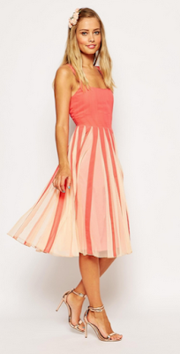 robe jolie coupe avec son encolure carré et l'empiècement en tulle.