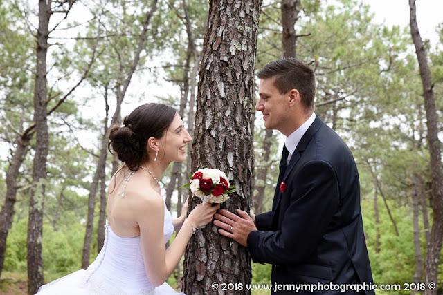 portrait mariés couple dans la forêt, bouquet mariée roses rouges et blanches