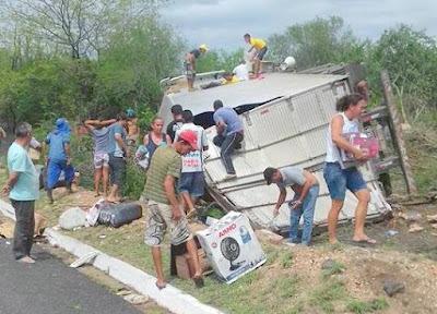 Carreta com carga de eletrodomésticos tomba na BR-116 e tem carga saqueada por populares