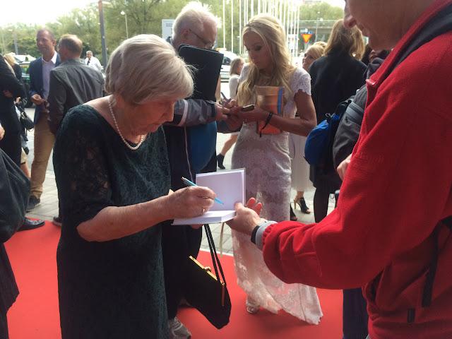 beroemde blogger deelt handtekeningen uit