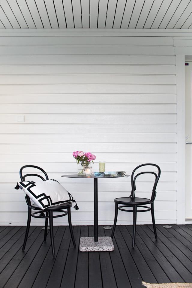 Villa H, uutta terassilla, TON-tuoli, pionit, terassi, Hayn terrazzo-pöytä