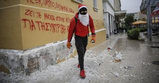 Επεισόδια στο κέντρο της Αθήνας - Κουκουλοφόροι σπάνε με βαριοπούλες πεζοδρόμια