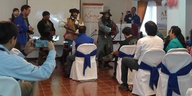 Actores vestidos de piratas en sala de reunión